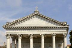 Щипец на фасаде собора, Chiavari, Италии стоковое фото