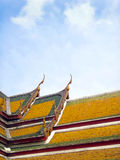 Щипец тайского виска и цветастой крыши Стоковое фото RF