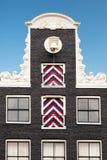 Щипец типичного голландского дома в Амстердаме стоковые фотографии rf
