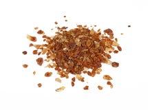 Щипок коричневого сахара карамельки разлил на белизне Стоковые Фото