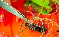 Щипчики и свет на предпосылке обломока Стоковое фото RF