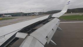Щитки самолета опрокинутые вниз во время посадки сток-видео