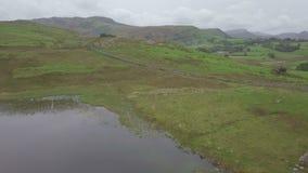 Щуки Langdale и Blea Тарн в районе озера, Великобритании от воздуха видеоматериал