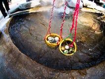 Ые яичка в корзинах на горячей весне Стоковое фото RF