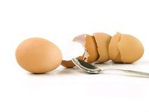 ые eggshells яичка опорожняют ложку Стоковое Фото