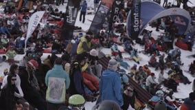 лыжа курорта Snowboarders и лыжники внутри располагаются Иметь рукоплескание остатков смелости акции видеоматериалы
