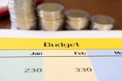 1-ый бюджет квартала с монетками в предпосылке в форме диаграммы Стоковая Фотография RF