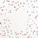 4-ый из Дня независимости в июле американского голубого и красного цвета играет главные роли украшения на белой предпосылке Стоковые Фотографии RF
