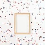 4-ый из Дня независимости в июле американского голубого и красного цвета играет главные роли украшения на белой предпосылке Стоковое Изображение RF