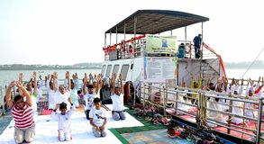 4-ый международный день йоги отпразднованный в Бхопале стоковая фотография
