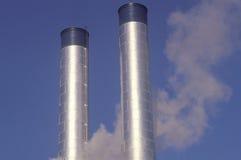 2 дымовой трубы в промышленной Америке Стоковая Фотография