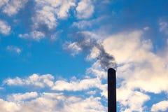 дым поднимая от стога Стоковые Изображения RF