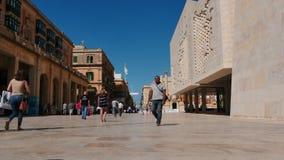 3-ье июня 2016 Валлетта, Мальта Валлетта - столица Мальты - движение людей в центральном промежутке времени улицы сток-видео