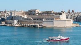 3-ье июня 2016 Валлетта, Мальта Красная шлюпка плавая в голубую Валлетту мочит с красивым взглядом портового района акции видеоматериалы