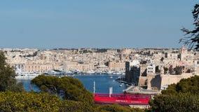 3-ье июня 2016 Валлетта, Мальта Красное возникновение корабля топливозаправщика на Валлетте с красивым взглядом портового района видеоматериал