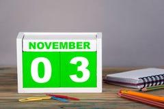 3-ЬЕ НОЯБРЯ календарь конца-вверх деревянный Планирование времени и предпосылка дела Стоковые Фото