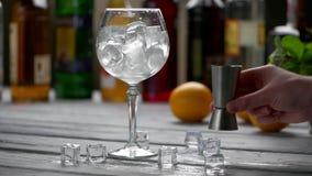 льдед заполненный кубиками стеклянный сток-видео