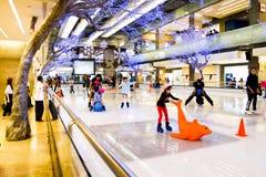 льдед предпосылки красивейший холодный идя изолировал светлую естественную катаясь на коньках белую женщину Стоковая Фотография