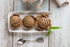 льдед сливк конца шоколада предпосылки изолировал вверх по белизне Стоковая Фотография