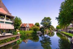Эдамер Голландия с каналом и зданиями стоковые изображения rf