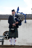 ЭДИНБУРГ, ШОТЛАНДИЯ, неопознанный шотландский волынщик Стоковые Фотографии RF