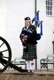 ЭДИНБУРГ, ШОТЛАНДИЯ, неопознанный шотландский волынщик Стоковая Фотография RF
