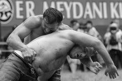 ЭДИРНЕ, ТУРЦИЯ - 26-ОЕ ИЮЛЯ 2010: Pehlivan борцов турецкое на конкуренции в традиционном Kirkpinar wrestling Стоковые Изображения