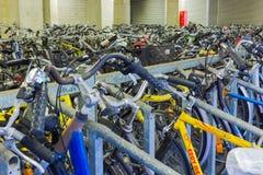 Эйндховен, Нидерланды - 13-ое декабря 2017: Много велосипедов припаркованных в центре города Стоковое Фото