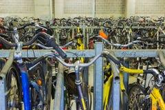 Эйндховен, Нидерланды - 13-ое декабря 2017: Много велосипедов припаркованных в центре города Стоковая Фотография RF