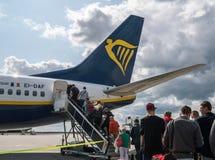 ЭЙНДХОВЕН, НИДЕРЛАНД - 25-ОЕ АВГУСТА 2018: Пассажиры приходят к воздушным судн Ryanair на взлетно-посадочной дорожке Ryanair глав стоковая фотография rf
