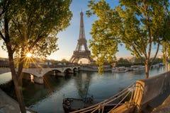 Эйфелева башня во время восхода солнца в Париже, Франции Стоковое Фото