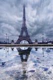 Эйфелева башня в облаках перед штормом стоковая фотография rf