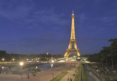 Эйфелева башня в свете ночи, Париж, Франции Стоковые Изображения RF