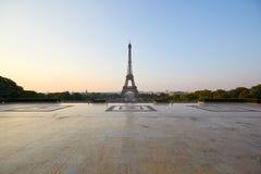 Эйфелева башня и пустой квадрат Trocadero, никто в ясном утре в Париже, Франции стоковое фото