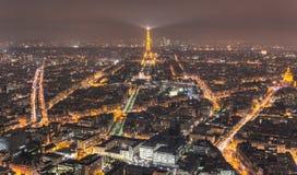 Эйфелева башня ландшафта ночи Парижа от высоты стоковые фотографии rf