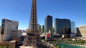 Эйфелева башня на виде с воздуха казино Парижа от гостиницы Ballys на солнечном утре сток-видео