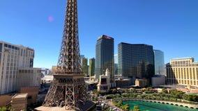 Эйфелева башня на виде с воздуха казино Парижа от гостиницы Ballys на солнечном утре видеоматериал