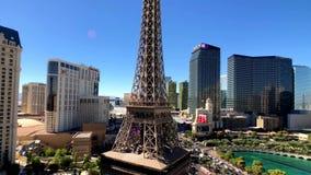Эйфелева башня на виде с воздуха казино Парижа от гостиницы Ballys на солнечном утре акции видеоматериалы