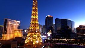 Эйфелева башня на виде с воздуха казино Парижа от гостиницы Ballys вечером сток-видео