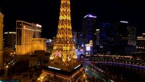 Эйфелева башня на виде с воздуха казино Парижа от гостиницы Ballys вечером акции видеоматериалы