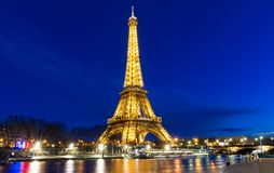 Эйфелева башня на ноче в Париже Загоренная Эйфелева башня самое популярное место перемещения и глобальный культурный значок Fran Стоковые Изображения RF