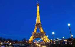 Эйфелева башня на ноче в Париже Загоренная Эйфелева башня самое популярное место перемещения и глобальный культурный значок Fran Стоковые Фото