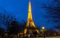 Эйфелева башня на ноче в Париже Загоренная Эйфелева башня самое популярное место перемещения и глобальный культурный значок Стоковое Фото