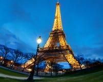 Эйфелева башня на ноче в Париже Загоренная Эйфелева башня самое популярное место перемещения и глобальный культурный значок Fran Стоковое фото RF