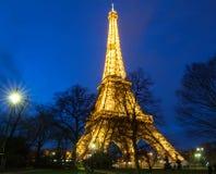 Эйфелева башня на ноче в Париже Загоренная Эйфелева башня самое популярное место перемещения и глобальный культурный значок Стоковая Фотография RF