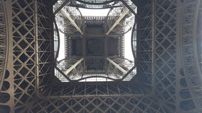 Эйфелева башня нижний взгляд стоковое изображение