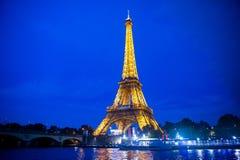 Эйфелева башня освещая в Париже Стоковые Фотографии RF