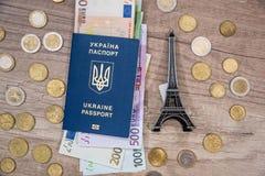 Эйфелева башня, пасспорт, деньги евро на столе Стоковое Изображение RF