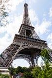 Эйфелева башня при туристы выравниваясь вверх для билетов Стоковая Фотография RF