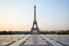 Эйфелева башня, пустое Trocadero, никто в ясном утре в Париже, Франции стоковые фотографии rf